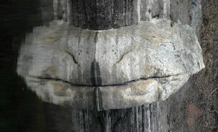 Sourire de singe ou de lapin ? Inclinez la tête vers la droite, vous y verrez le reflet d'un rocher
